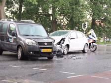 Gewonde en flinke schade na botsing op kruising in Almelo