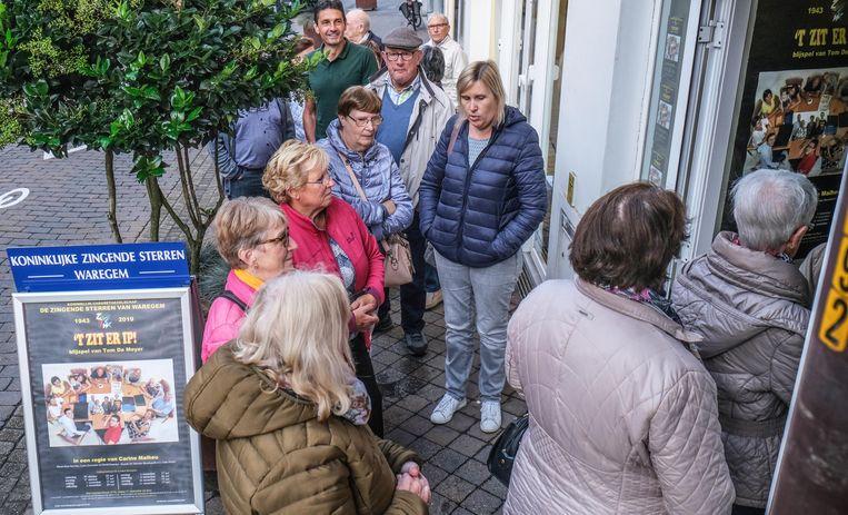 Er stond vrijdagochtend weer een lange rij, in de Stormestraat, voor de start van de kaartenverkoop.