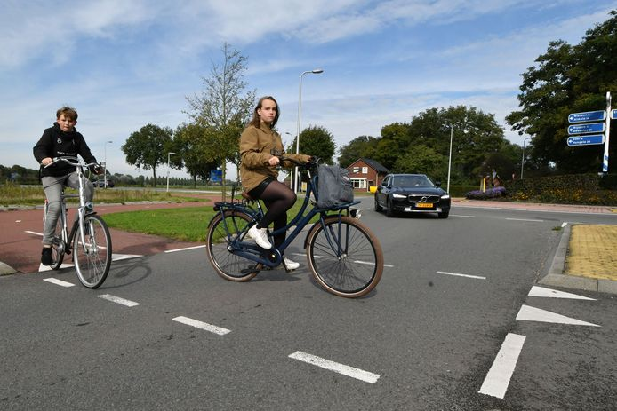 Fietsers moeten hier op de voor rotonde voorrang geven aan verkeer dat het Enterse bedrijventerrein De Elsmoat wil inrijden.