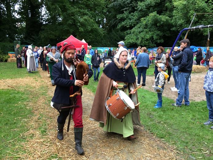 Veel historische kostuums en muziek tijdens Middeleeuws Rossum