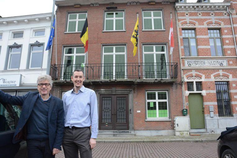Burgemeester Jos Stassen en diensthoofd Jelle Van Bogaert voor het oude gemeentehuis.