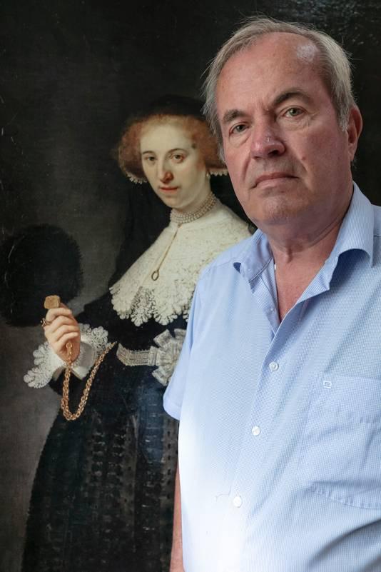 Roel Praagman bij een meesterlijk valse Rembrandt,  gemaakt door Geert Jan Jansen.