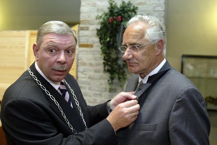 Burgemeester René Roep van Gilze en Rijen speldde oud-wethouder Kees Beenackers in 2002 de gemeentespeld op.