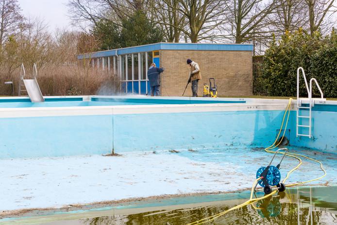 Zwembad De Bosselaar in Zevenbergen is verouderd. Zo is het niet verwarmd.