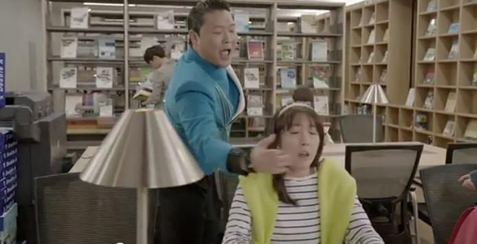 Dans son clip, Psy fait renifler ses doigts sortis de son derrière à une femme qui n'en demandait pas tant.