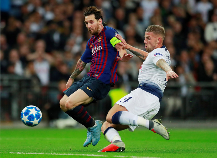Toby Alderweireld  in duel met Lionel Messi in de Champions League.