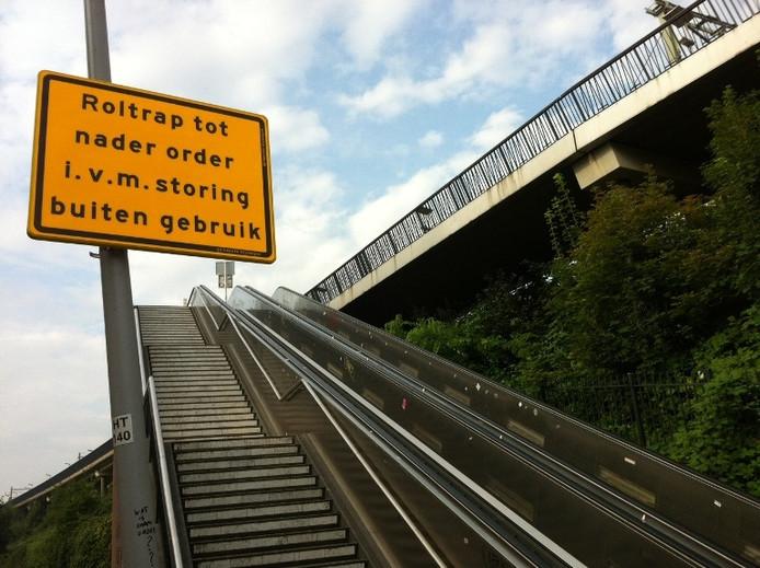 De roltrap bij de fietsbrug in Nijmegen is afgekeurd en zal niet worden vervangen. Foto Harm Graat/De Gelderlander