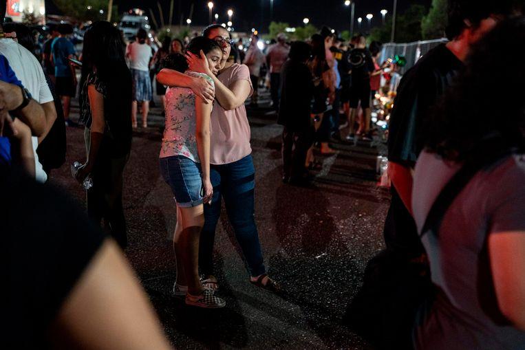 Rouwende inwoners van El Paso bij de Cielo Vista Mall Walmart in El Paso, Texas. Beeld null