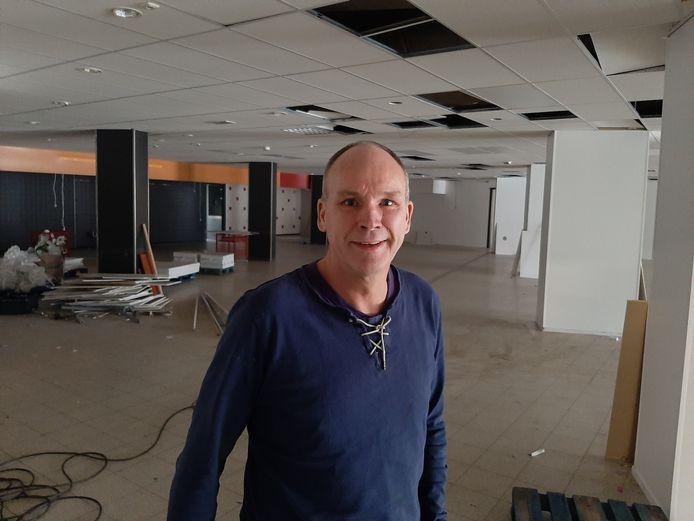 Fysiotherapeut Robert Spenkelink staat in de ruimte, die hij samen met Miranda Waanders heeft gekocht en waar een nieuw gezondheidscentrum moet komen.