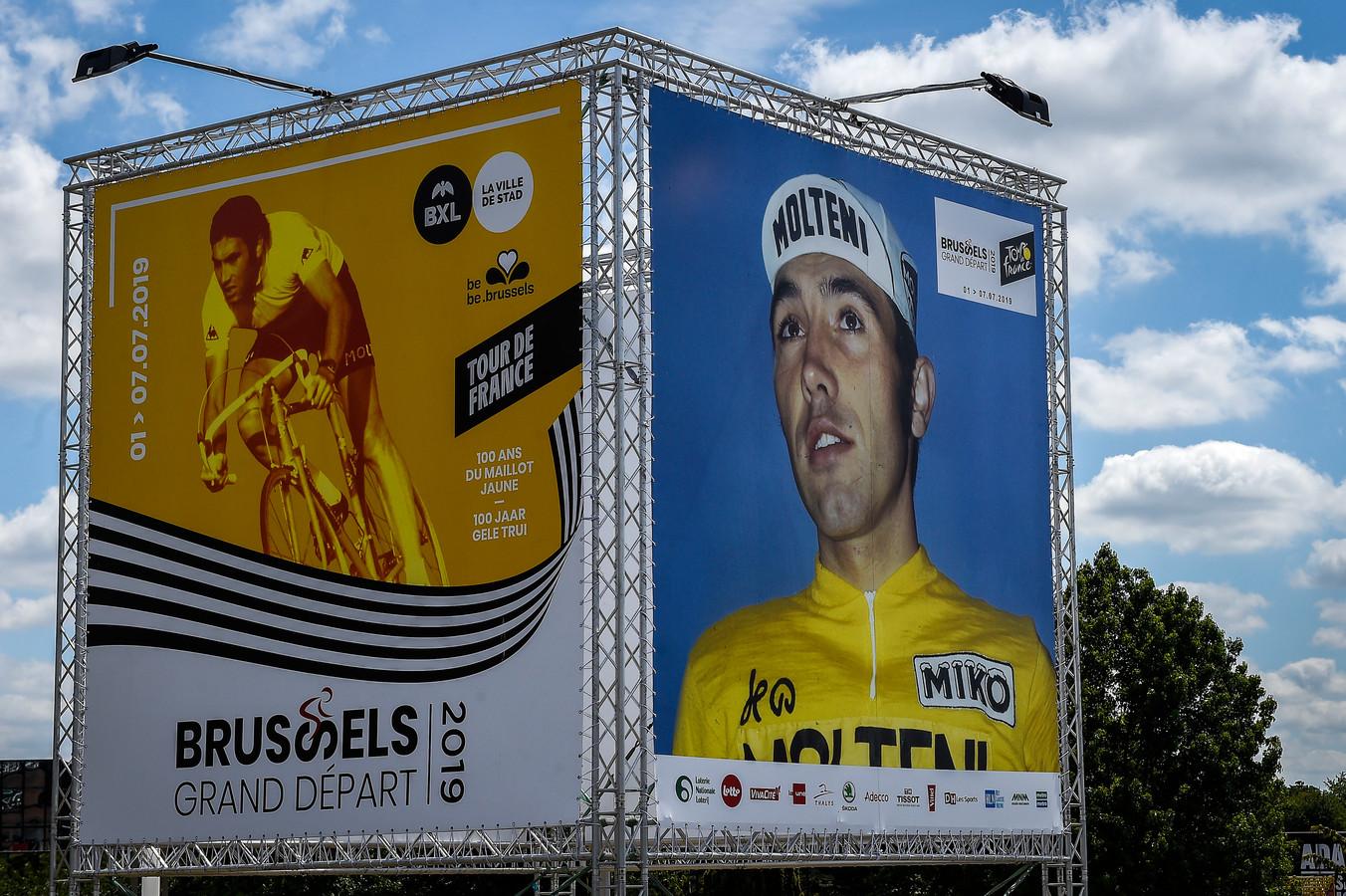 D'énormes photos d'Eddy Merckx sont présentes dans Bruxelles pour rendre hommage à la légende, cinq fois vainqueur du Tour de France.