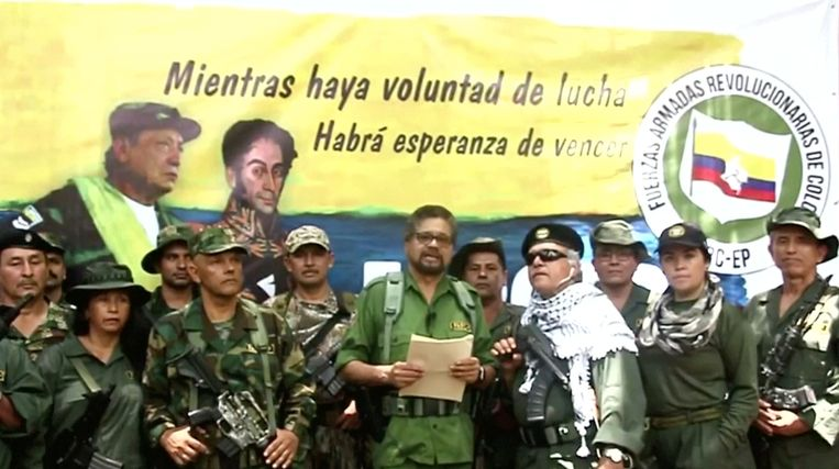 Ex-FARC-commandant Iván Márquez verscheen geflankeerd door gewapende mannen en vrouwen in een video. De voormalige rebellenleider verwijt de Colombiaanse regering het vredesakkoord met zijn ontbonden guerrillabeweging onvoldoende na te leven.