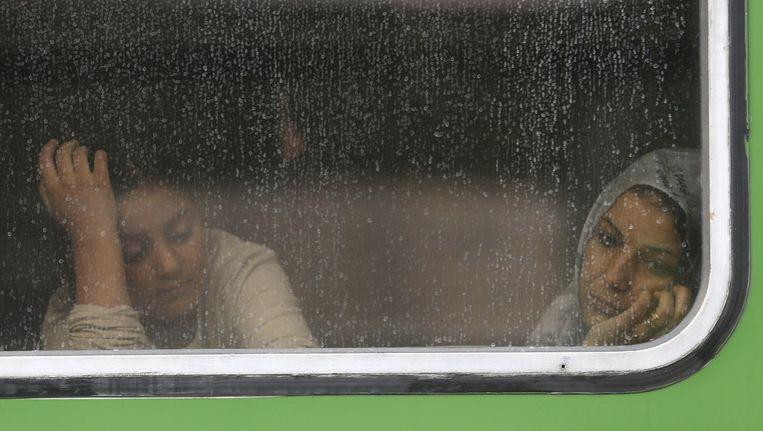 Vluchtelingen bij Bicske in Hongarije. De trein, richting Oostenrijkse grens, is stilgezet door de Hongaarse regering en gaat pas verder als Duitsland visa verstrekt. Beeld AP