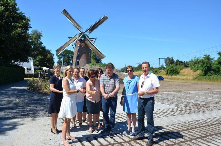 Schepen Marina Van Hoorick en burgemeester Anthuenis knippen het lintje om de parking op de Heirbrugmolen officieel te openen.