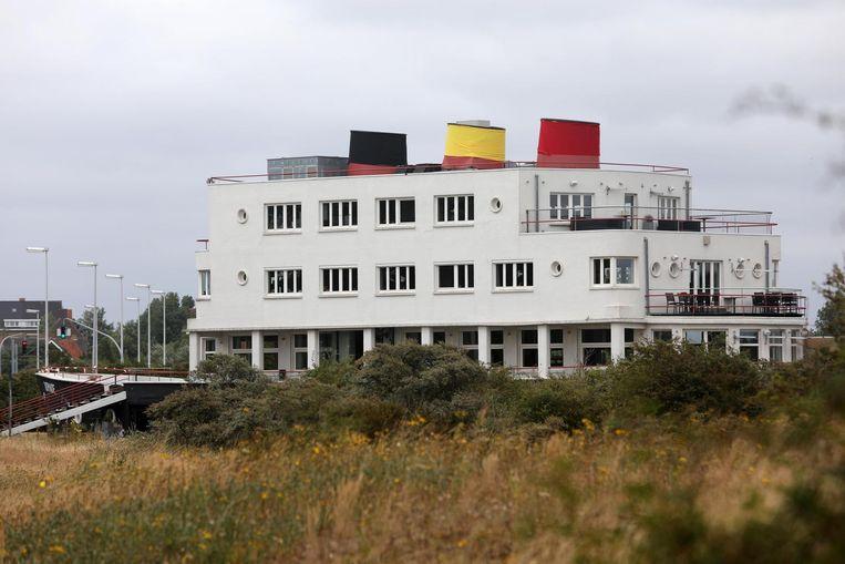 De drie schoorstenen van de De Normandie zijn in de Belgische driekleur gewikkeld.