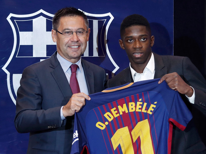 Barça-voorzitter Josep Maria Bartomeu met Ousmane Dembélé.