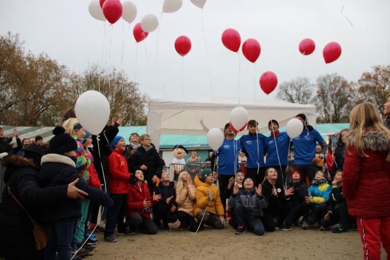 De leerlingen die les kregen van juf Ilse laten ballonnen los.