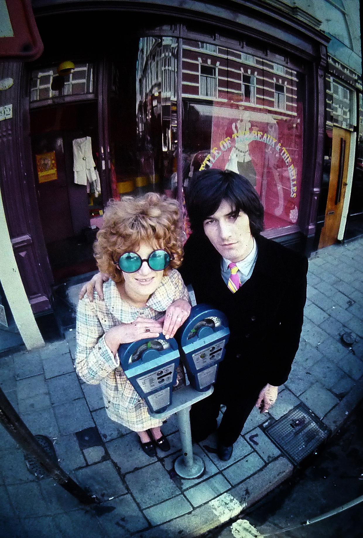 1967. De modeontwerpers Puck Kroon en Hans Kremmink voor hun eerste zaak in Den Haag.