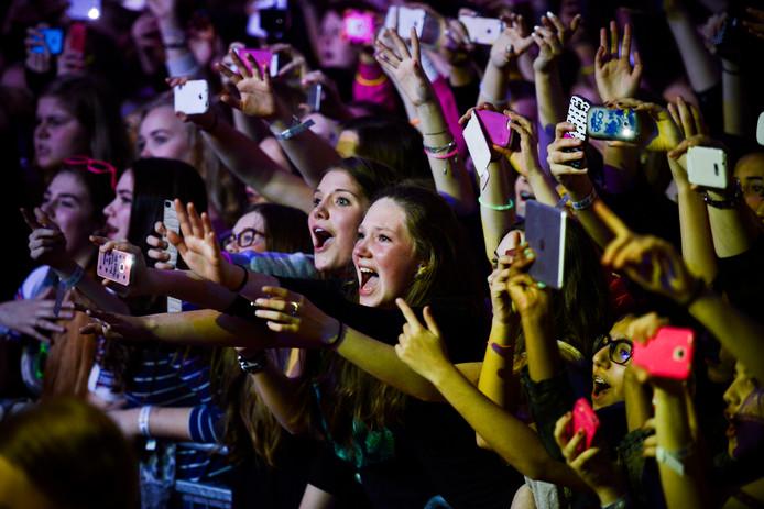 Mobieltjes in de lucht bij een optreden van boyband BBrave.