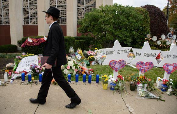 Inwoners van Pittsburgh plaatsten sterretjes voor de synagoge om de overledenen te herdenken.
