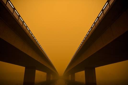 Ook de Commonwealth Avenue-brug hult zich in dichte rookwolken.
