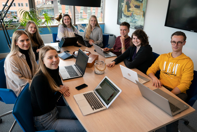 Janne Bomers, Nerena Langeweg, Lylian Verheij, Amber Leijgraaf, Lotte Vesters, Tom Urbanus, Nikki van Rooij en Nick Schuermans (van links naar rechts aan tafel) zijn acht van de dertien Digital Nomads van Helicon MBO in Den Bosch. Begin maart vertrekken ze voor een reis van een maand door Europa, terwijl ze blijven studeren.