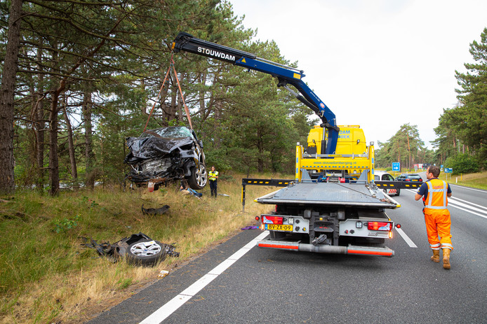 Op de snelweg A28 is tussen Wezep en Epe een auto van de weg geraakt en tussen de bomen op de middenberm tot stilstand gekomen.