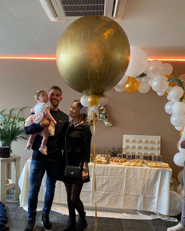 De gouden ballon blijkt opgevuld met blauwe confetti: Ayla Alderweireld krijgt straks dus een broertje.