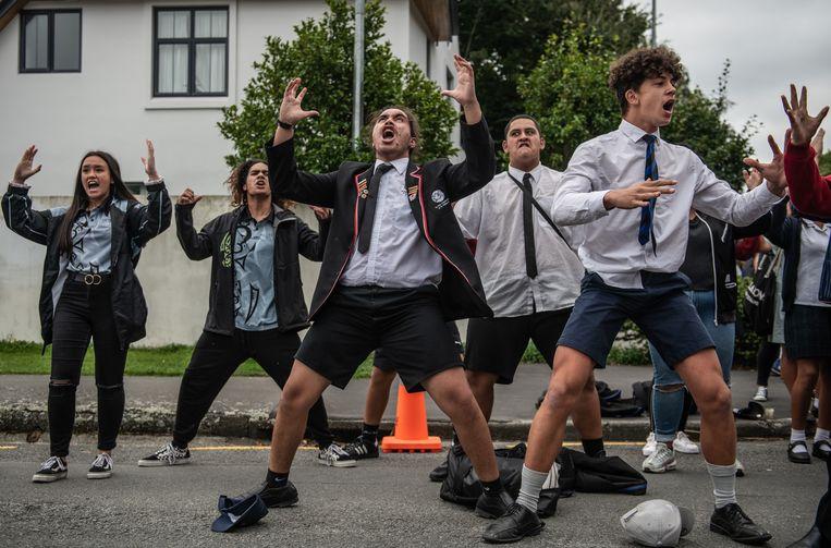 Christchurch, drie dagen na de aanslag door Brenton Tarrant herdenken jongeren de slachtoffers met een haka, de ceremoniële dans van de Maori. Beeld Getty