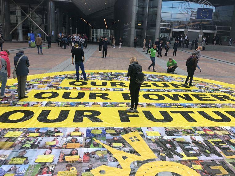 Een grote zon met het opschrift 'Our sun, our power, our future' op het plein voor het Europees Parlement.