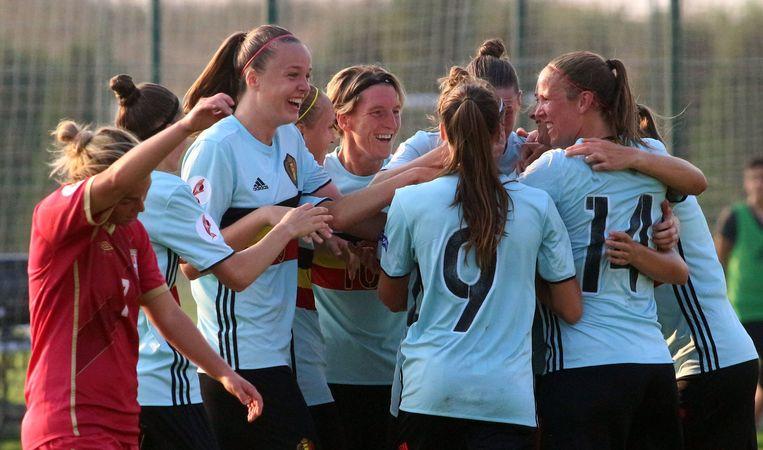 De nationale vrouwenploeg klopt Servië met 1-3 en plaatst zich voor de eerste keer voor een Europees kampioenschap.