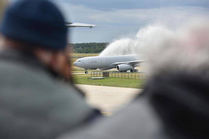 De Airbus A330 werd op traditionele wijze verwelkomd op Vliegbasis Eindhoven.