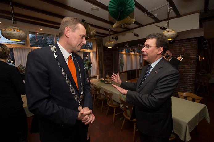 Burgemeester Anton Stapelkamp hier met commisaris van de koning Clemens Cornielje.
