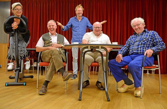 Schrijver/regisseur Laurens ten Den (achter) met een deel van de hoofdrolspelers.