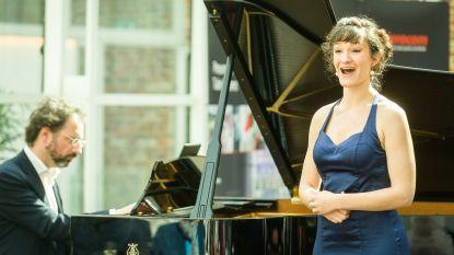 """Operazangeres geeft lockdownconcert op eigen balkon: """"In moeilijke tijden hebben we cultuur nodig"""""""