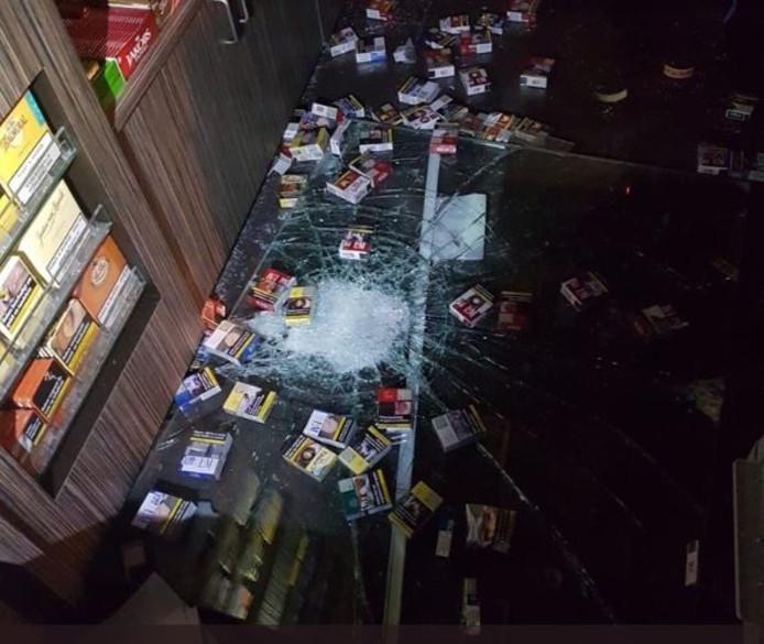 Bij tankstation Haan op de Muzieklaan in Zoetermeer is vannacht omstreeks 5.00 uur ingebroken. Het tankstation van dezelfde eigenaar op de Zwaardslootseweg was vanochtend eveneens doelwit van inbrekers.
