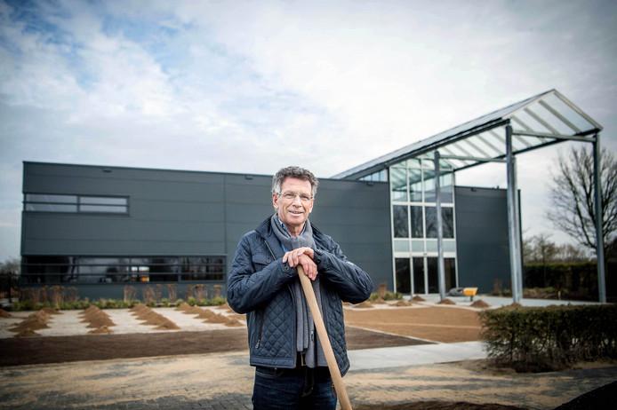Ben van Ooijen voor zijn nieuwbouw bij De Tuinen van Appeltern.