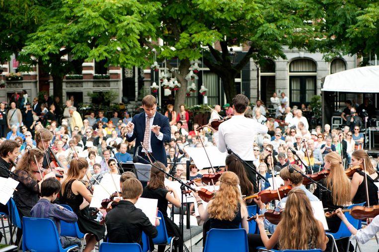 Toeschouwers genieten van Klassiek op het Amstelveld Beeld Anne Meyer