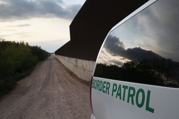 Een wagen van de Amerikaanse Customs and Border Patrol langs de grens in Weslaco, Texas.