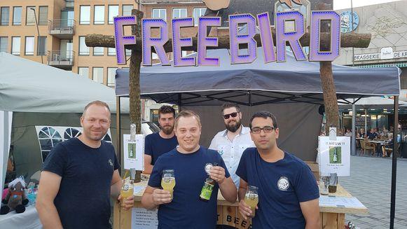 Jef Helsen (links), Stijn Aerts (midden) en de rest van het Free Bird-team op de streekproducten- en ambachtenmarkt.