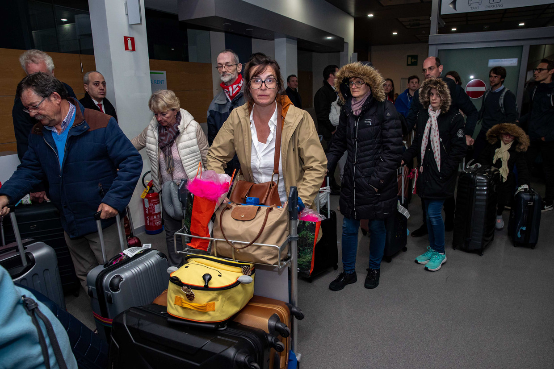 Belgische en Nederlandse toeristen die vastzaten in een hotel op Tenerife waar het coronavirus was vastgesteld, arriveren op de luchthaven Oostende-Brugge in Belgie.
