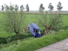 Bestelauto belandt in sloot bij Poortvliet, bestuurder door brandweer bevrijd