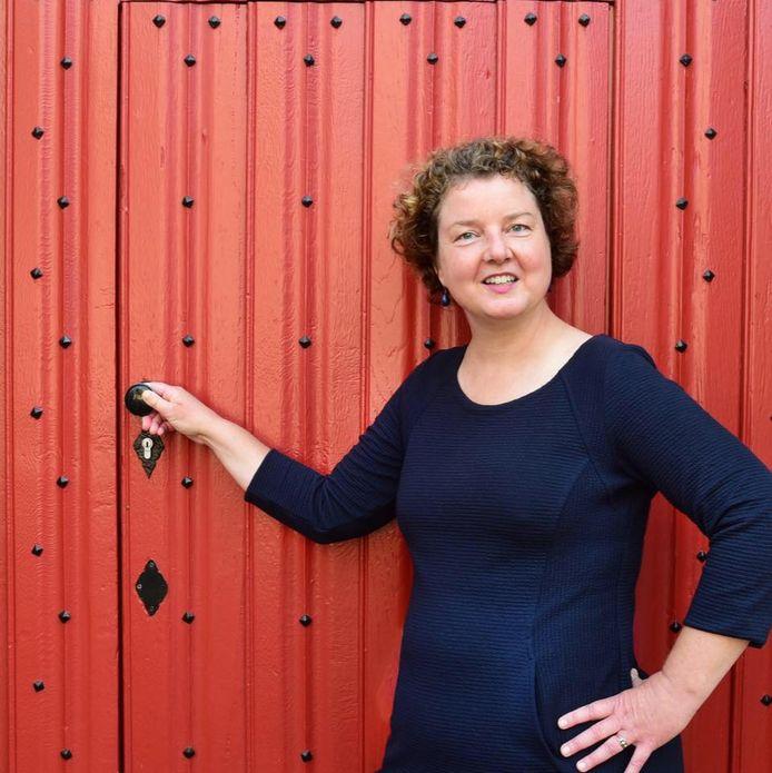 Willemijn Banki (49) werkte voor corona als begeleidster van stadswandelingen. Na haar handeltje in kleurboeken, breit ze nu ook nog sjaals op bestelling.