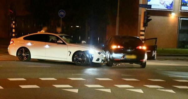 Ongeluk tussen twee autos op kruising in Enschede.