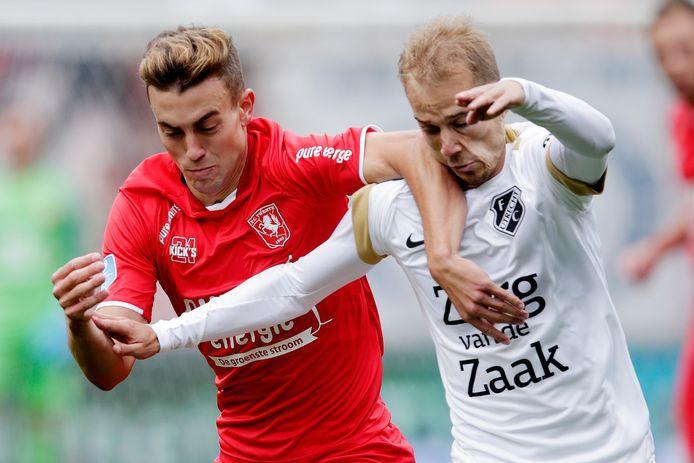 Vaclav Cerny (rechts) in duel met de toenmalige FC Twente-middenvelder Oriol Busquets.