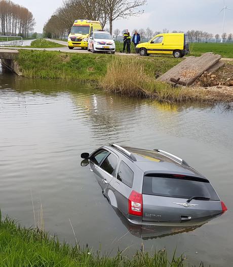 Man rijdt met auto in sloot in Lathum
