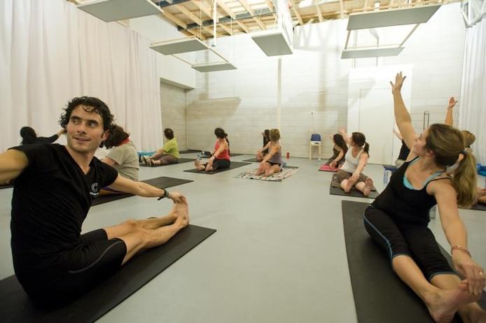 Docent Jasper van der Heijden geeft een les Hot Yoga in zijn Yogacentrum Tilburg.