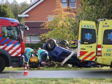 Auto in Lelystad raakt van de weg en slaat over de kop: slachtoffer met spoed naar het ziekenhuis