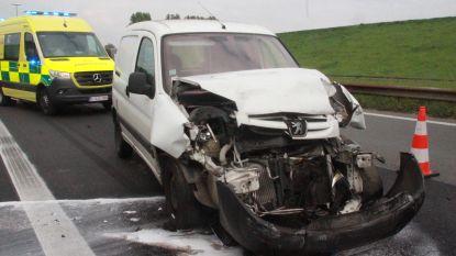 Bestuurder knalt tegen vrachtwagen op E17 in Aalbeke