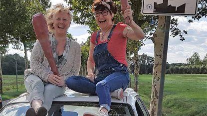 Boomse vriendinnen rijden met 'rammelbak' door Europa