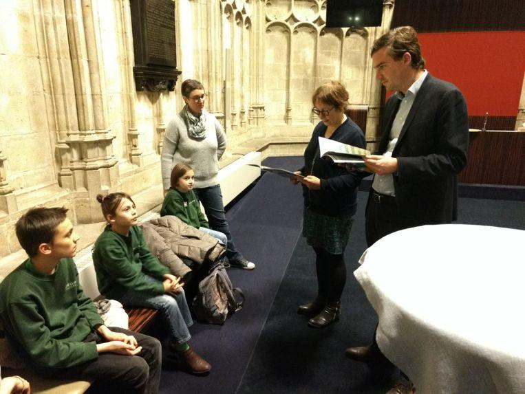 Lola, Maximiliaan en Viola overhandigden met trots hun klimaatbundel aan de burgemeester en klimaatschepen van Gent.